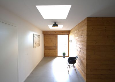 Eingangsbereich inkl. Wandverkleidung aus Altholz (gebürstet und gehackt), Haustür stumpf einschlagend flächenbündig in Wandverkleidung und Fassadenverkleidung integriert, begehbare Oberlichter als Lichtquelle