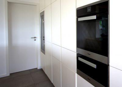 Küche in weißlack matt inkl. Miele Backofen, Wärmeschublade, integriertem Kühl- & Weinkühlschrank