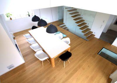 Offenes Esszimmer inkl. Galerie mit Glasbrüstung und Treppenhaus