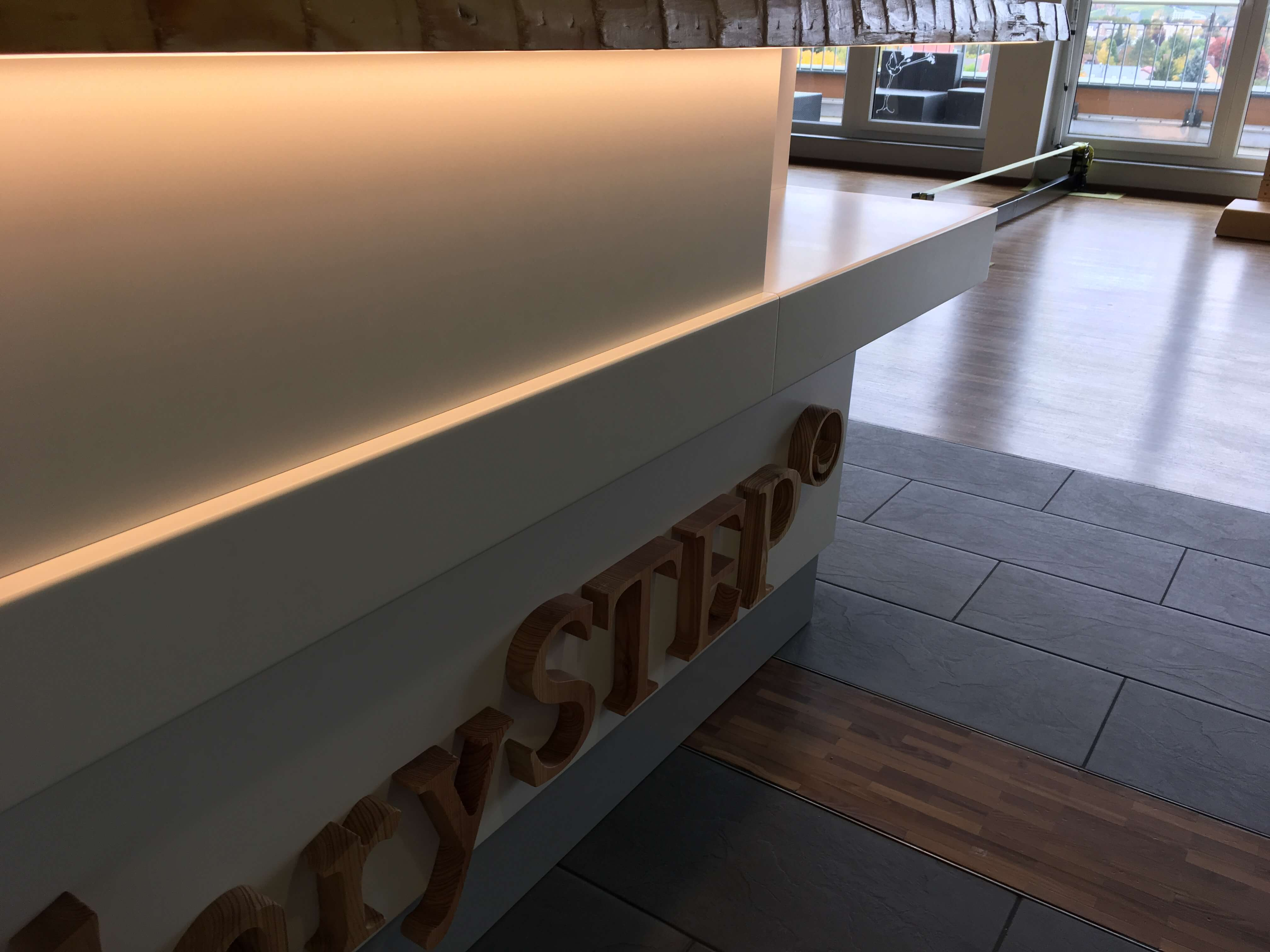 Theke inkl. LED Beleuchtung und 3-D Logo aus Holz