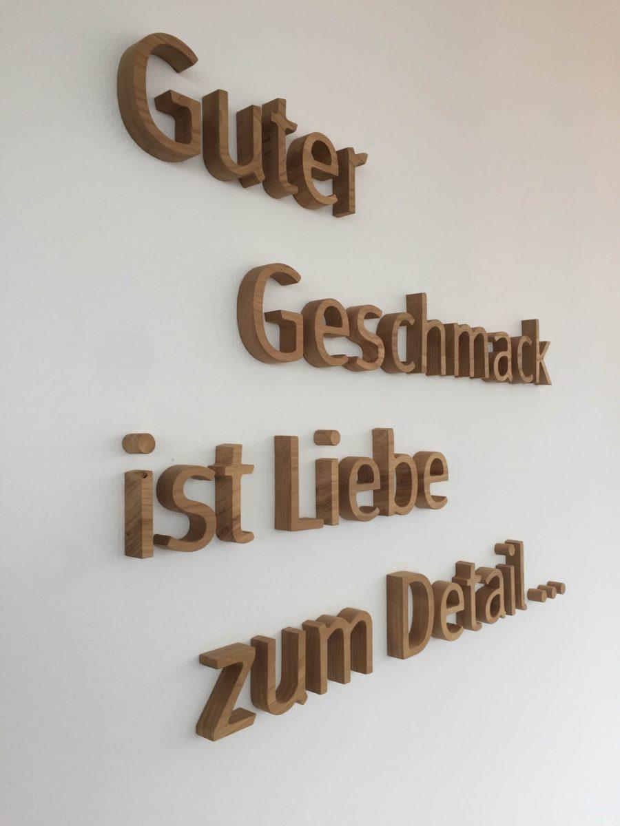 Wanddekoration mit 3-D Schriftzug aus Holz