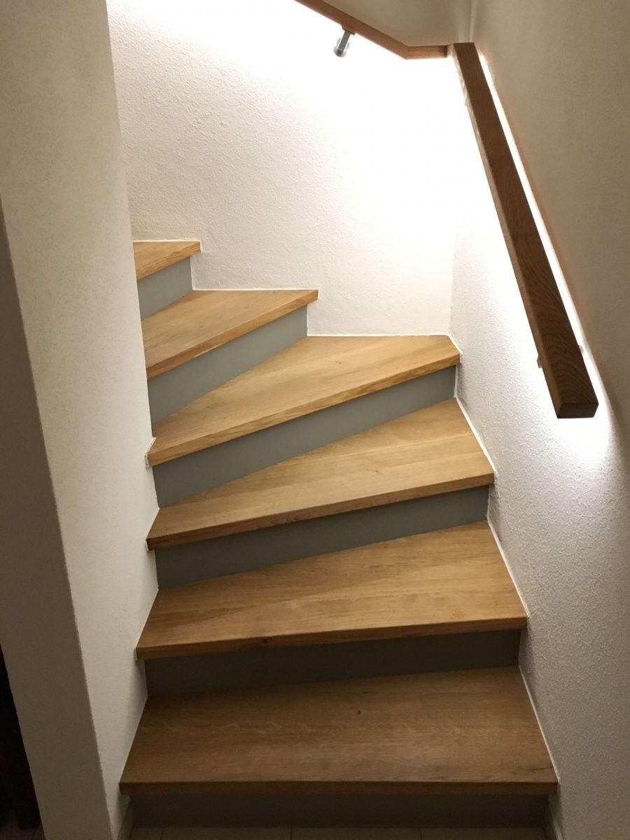 Treppe aus Eiche Massivholz gebürstet, Setzstufen Beton gepachtelt, Handlauf aus Eiche Massivholz inkl. LED Beleuchtung