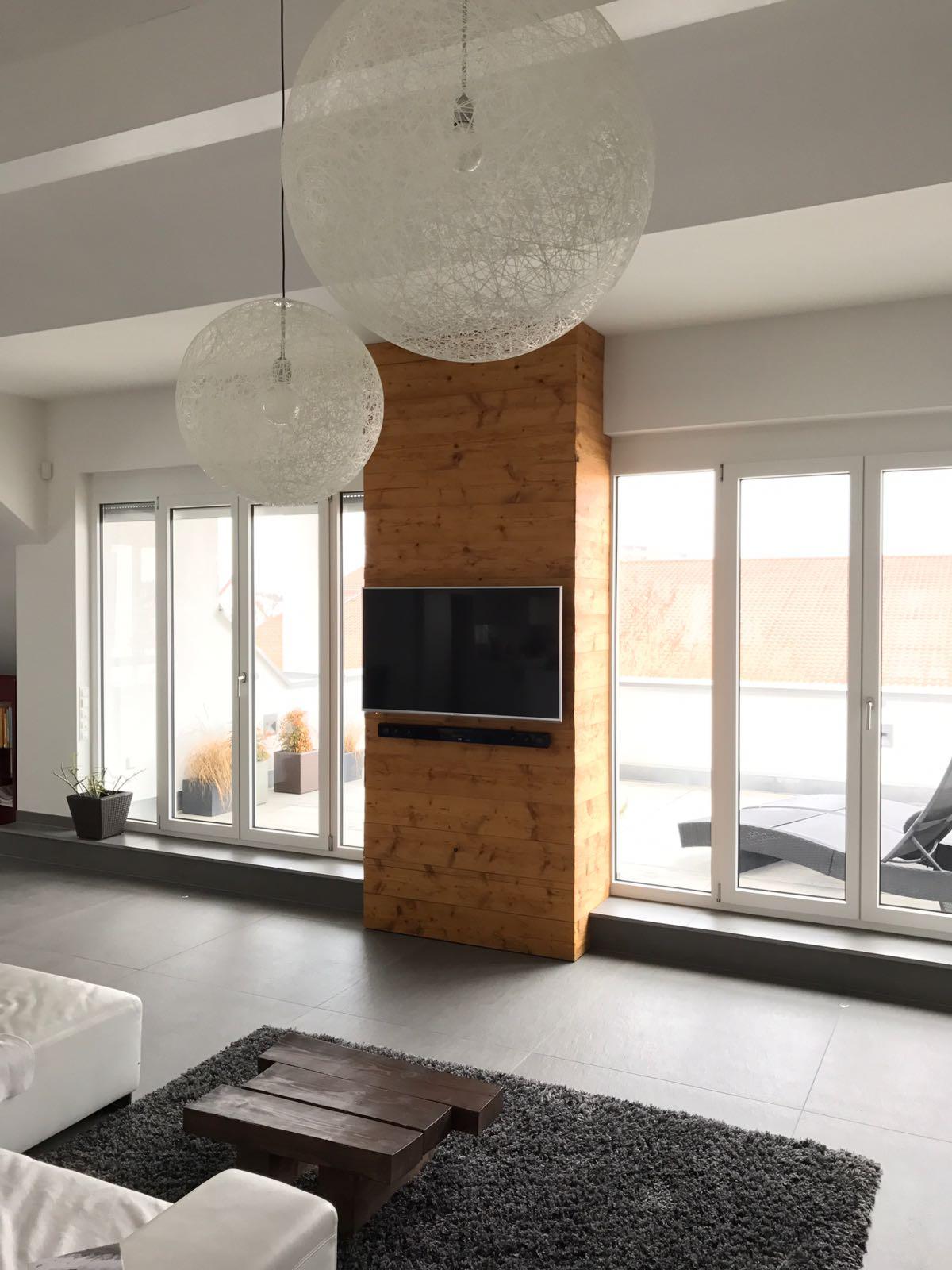 TV Wand aus Altholz gehackt & gebürstet