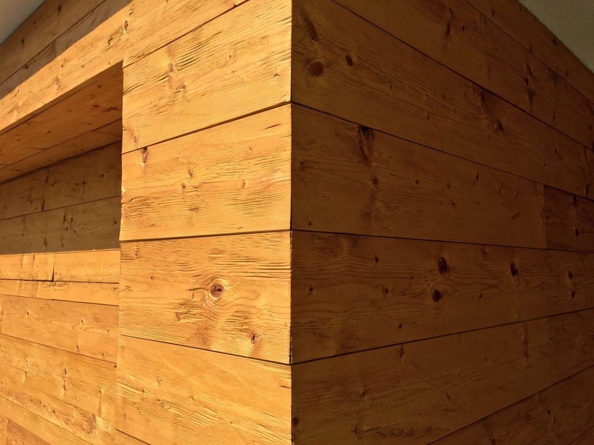 Wandverkleidung Altholz an Fassade und Garagentor