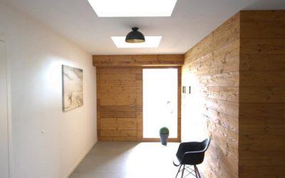 Haustür in Holzfassade