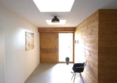 Holzhaustür flächenbündig innen und außen in Altholzverkleidung integriert