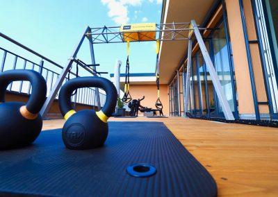 TRX-Trainingsterrasse aus Lärchenholz