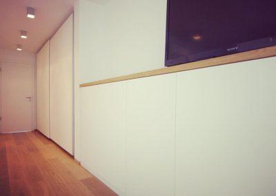 Kleiderschrank mit Schiebetüren, Sideboard weiß mit Massivholz Ablageflächen