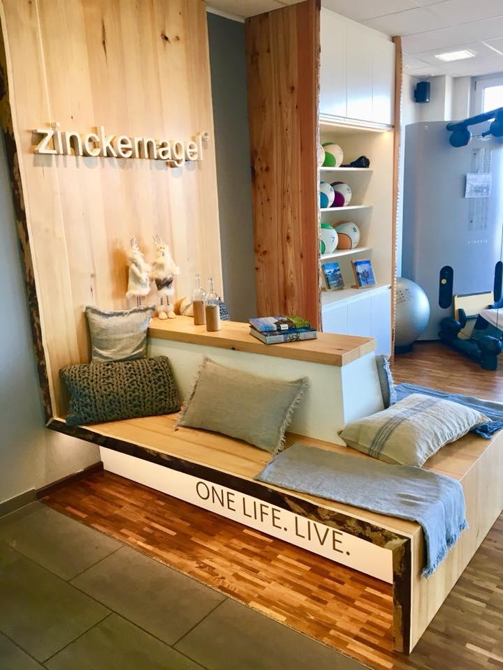Lounge mit 3-D Logo aus Holz weiß lackiert