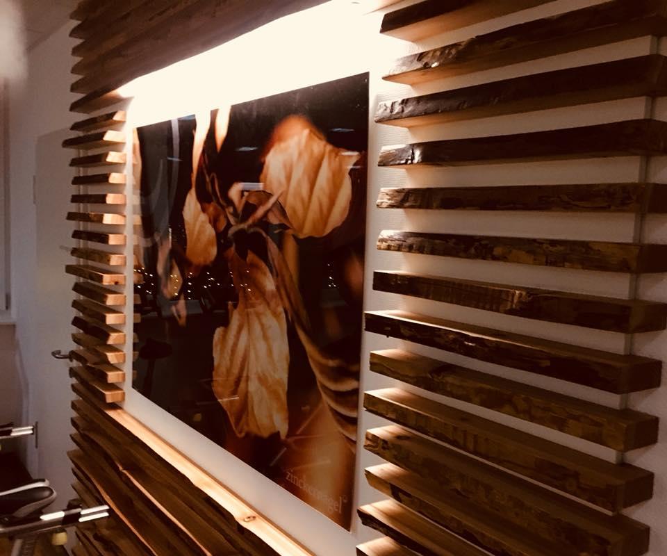 Holzverkleidung Trainingsstudio zinckernagel mit LED Beleuchtung