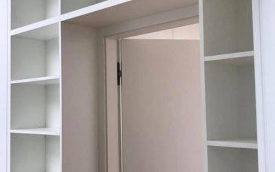 Tür im Bücherregal