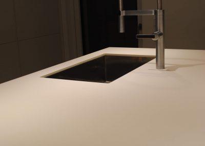 Küchenarbeitsplatte FENIX NTM, Spüle und Armatur von BLANCO STEELART, eingelassene Steckdosen für Küchengeräte