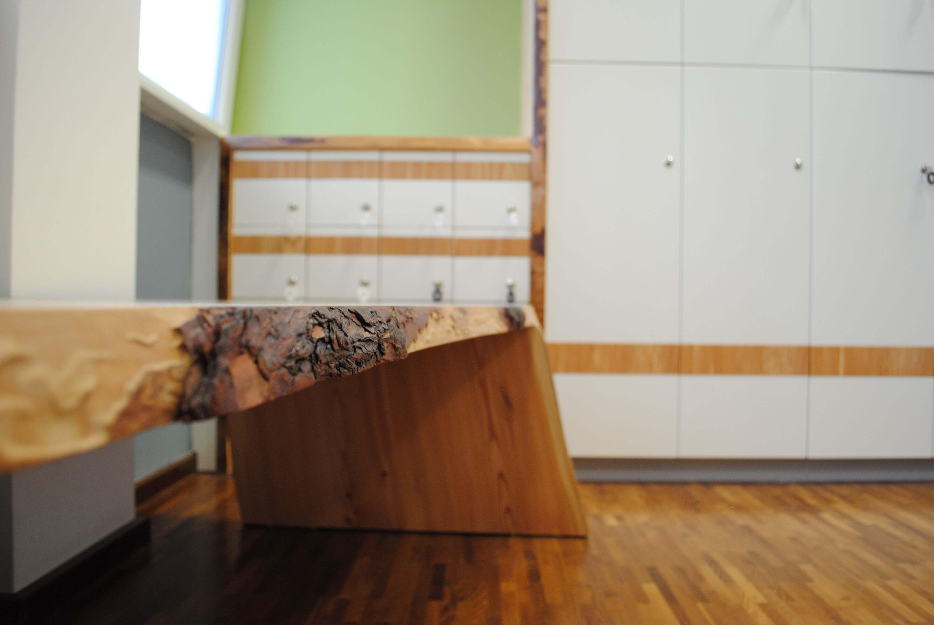 Sitzbank & Spinde Umkleidekabine