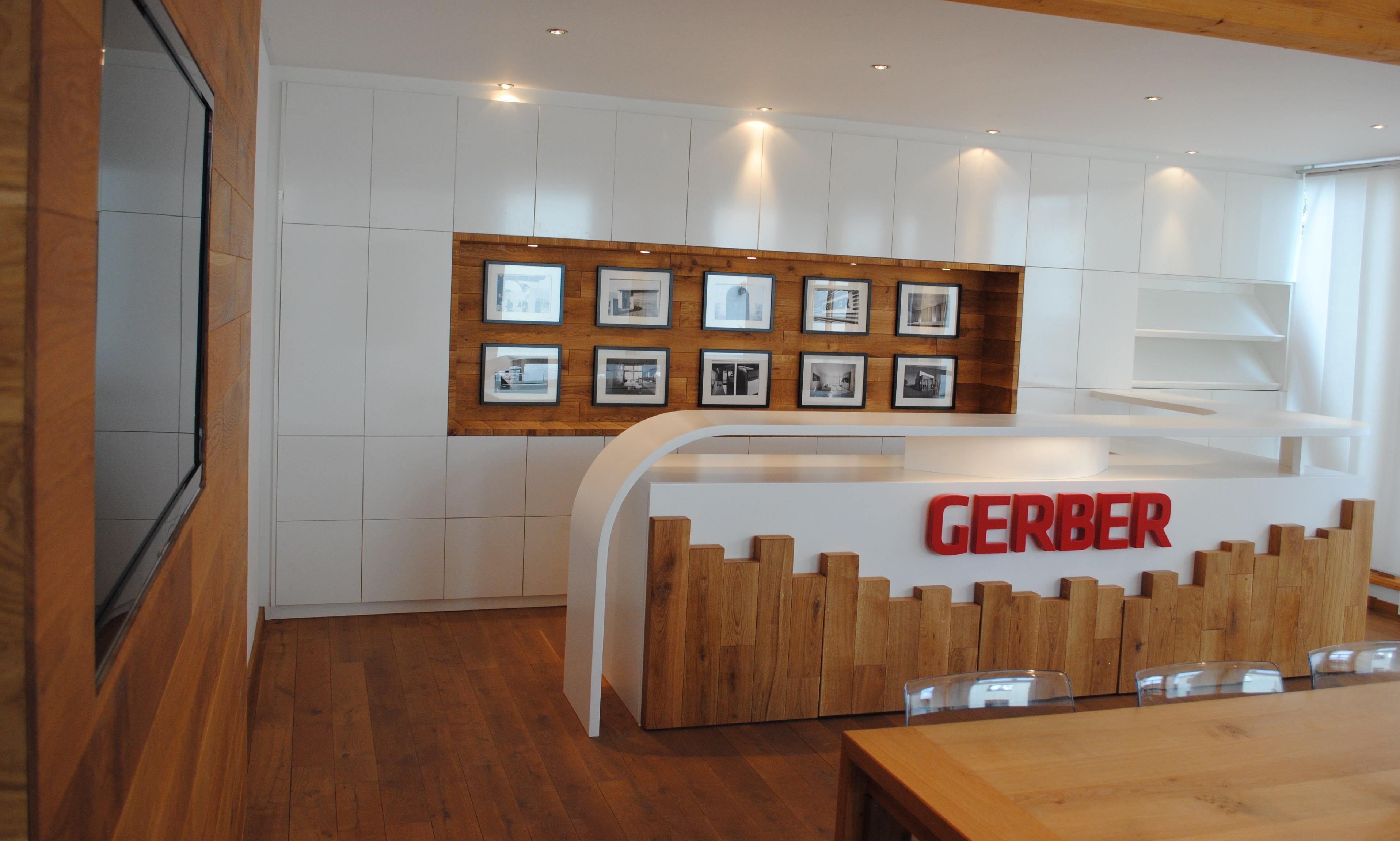 Einbauschrank, Bildergalerie, Theke und TV-Wand, Tisch und Parkett im Meetingraum von GERBER Ingenieure