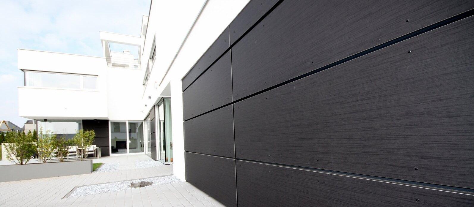 Fassade und Hörmann Garagentor verkleidet mit TRESPA