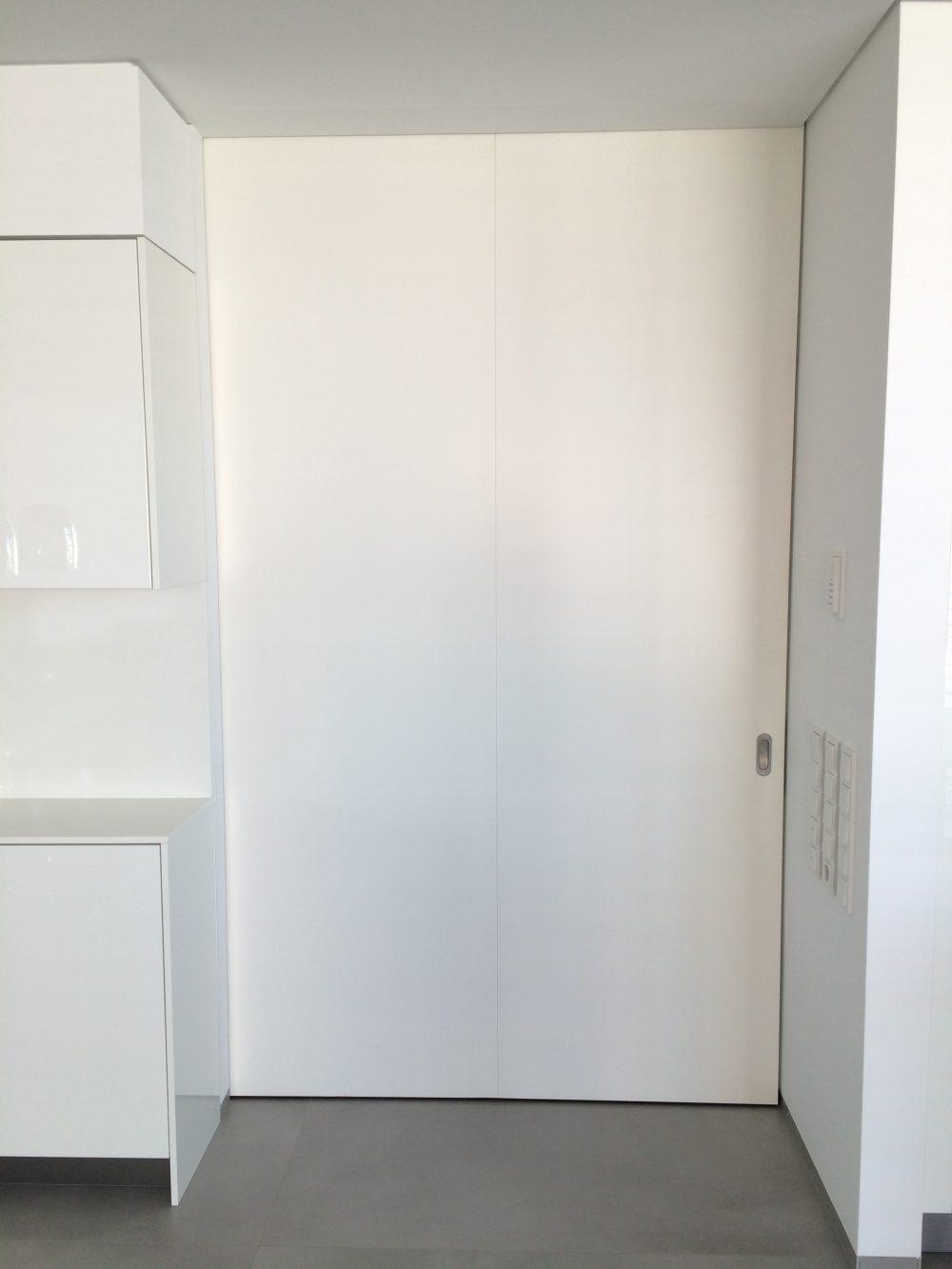 Raumhohe Schiebetür weißlack in der Wand laufend - geschlossen