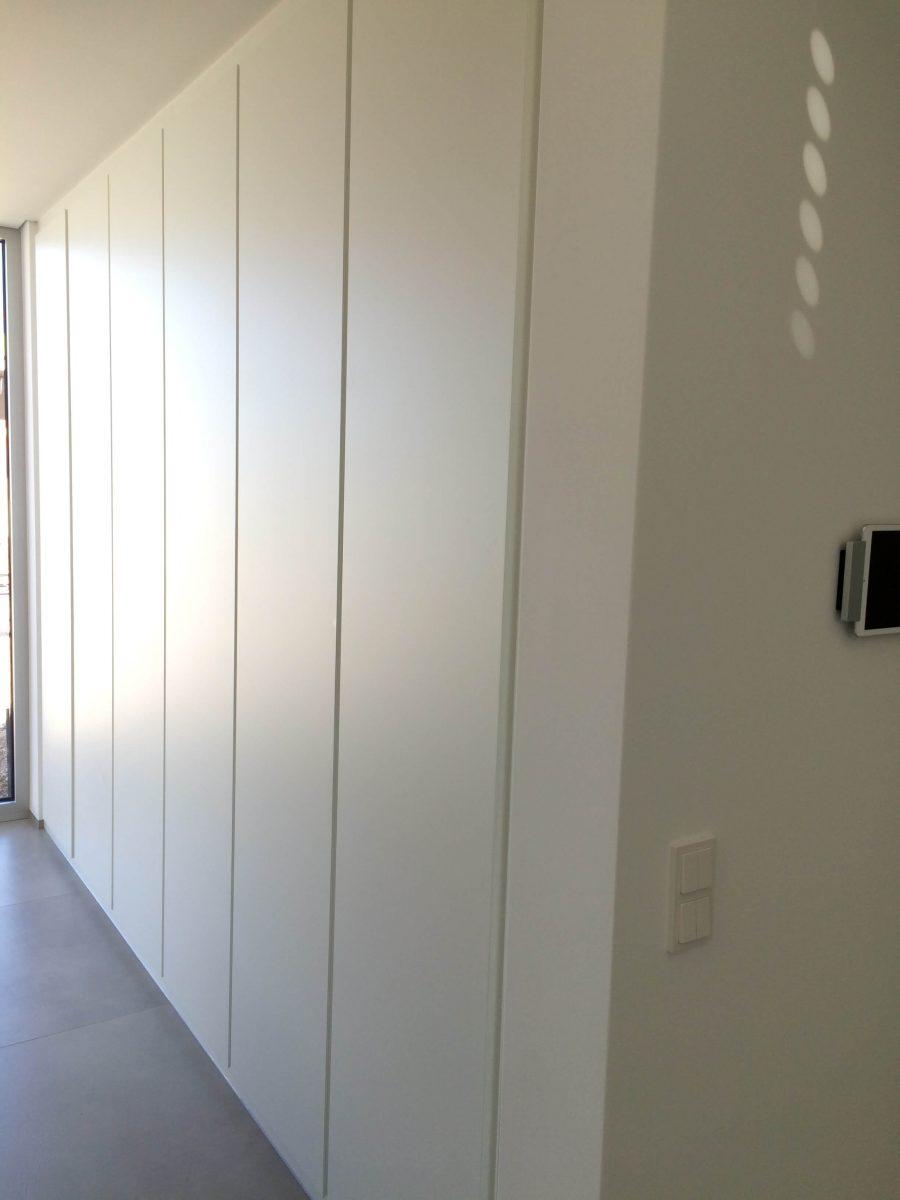 Einbauschrank mit deckenhohen Türen weiß lackiert inkl. eingefräster Griffleiste