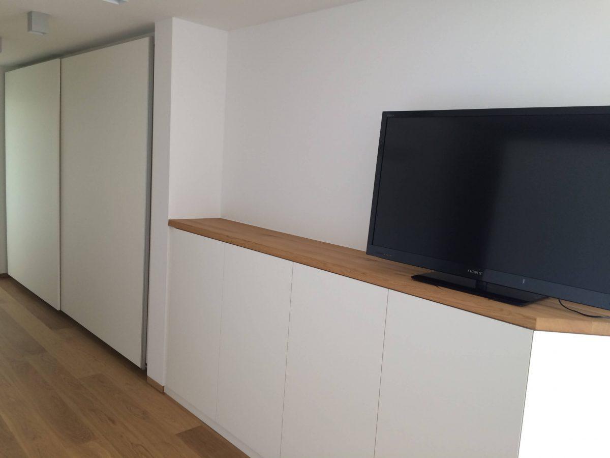 Kleiderschrank mit Schiebetüren, Sideboard weiß mit Eiche Massivholz Ablagefläche