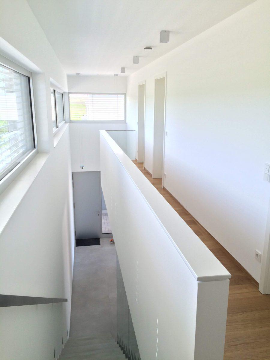 Galerie inkl. Parkett, Fensterbänke weiß lackiert, Innentüren weißlack, Mauerabdeckung weiß lackiert, Glasgeländer und Glaswand im Treppenhaus