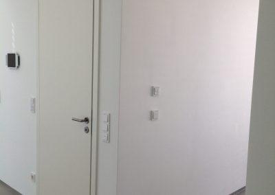 Raumhohe Innentür weißlack stumpf einschlagend mit verdeckt liegenden Bändern