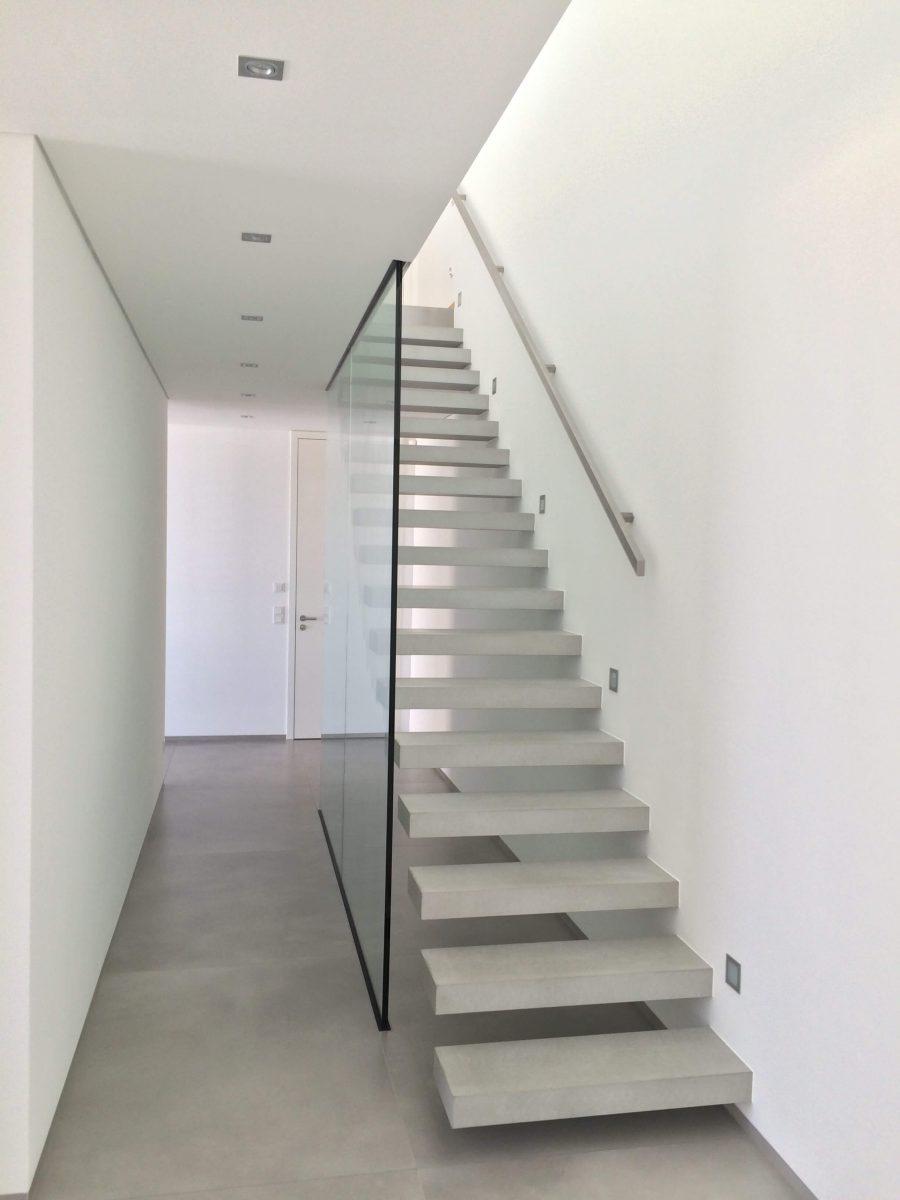 Flying Steps Treppe, Glaswand, Innentüren weißlack deckenhoch