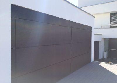 Fassade und Hörrmann Garagenor verkleidet mit TRESPA