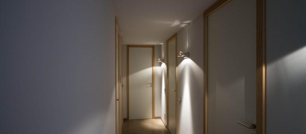 Raumhohe Innentür mit verdeckt liegenden Bändern und individuell angefertigter Massivholzzarge