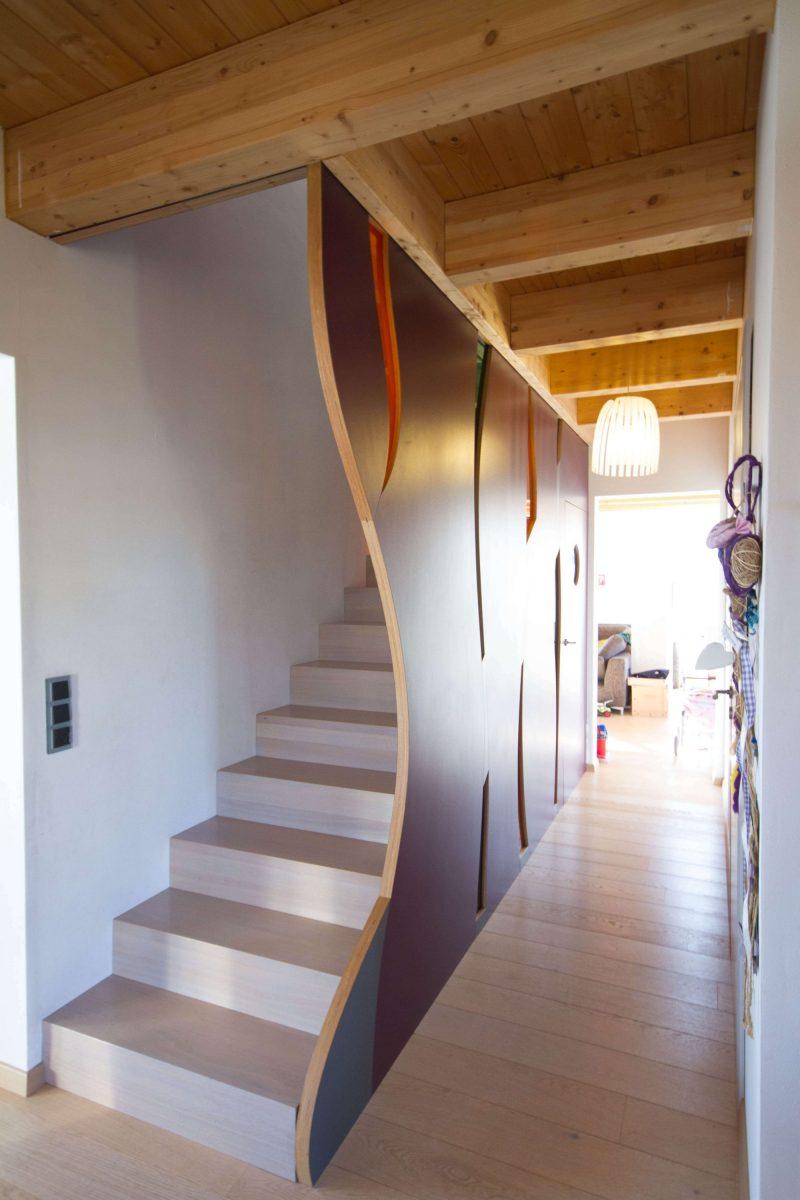 Treppe inkl. Wand mit intergrierten bunten Plexiglaselementen und Tür zum Keller