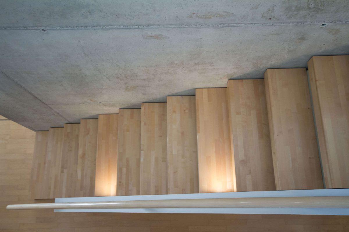 Treppe aus Ahorn Massivholz inkl. LED Beleuchtung