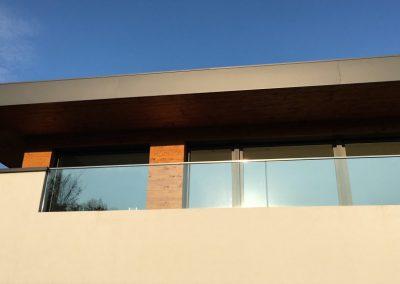 Balkon aus Glas, Holz und Beton